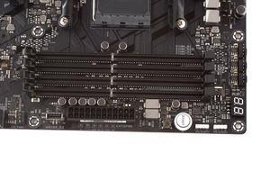 Neben den vier DIMM-Slots ist ein USB-3.1-Gen2-Header, zwei Onboard-Buttons und LED-Header vertreten.