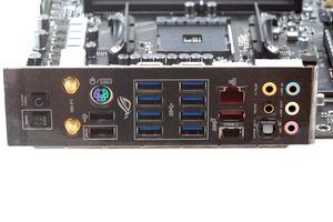 Das pre-mounted I/O-Panel beim ASUS ROG Crosshair VII Hero in der Übersicht.