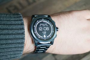Mit 47 mm Durchmesser ist die Michael Kors Access Grayson eine der größten Smartwatches