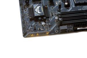Vier vertikale und zwei angewinkelte SATA-6GBit/s-Buchsen beim ASUS TUF B450M-Plus Gaming.