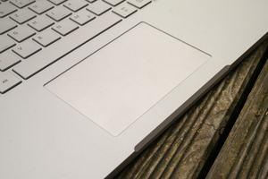 Dem Touchpad des Microsoft Surface Book 2 fehlt lediglich eine optischer Unterteilung der beiden Tasten