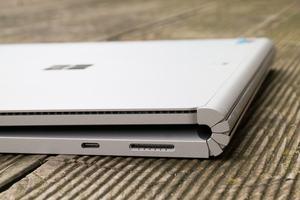 Rechts bietet das Microsoft Surface Book 2 lediglich USB Typ-C (USB 3.1 Gen 1) und einen Surface Connector