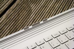 An der mechanischen Verbindung zwischen Tablet und Tastatur des Microsoft Surface Book 2 gibt es nichts zu bemängeln, an der entsprechenden Software hingegen schon