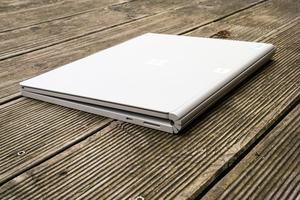 Rein äußerlich gleicht das Surface Book 2 in weiten Teilen seinem Vorgänger, dabei ist das Fulcrum-Scharnier umfangreich überarbeitet worden