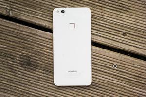 Hinter der gläsernen Rückseite versteckt das Huawei P10 lite Mittelklasse-übliche Hardware