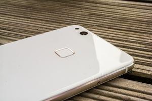 Beim P10 lite vertraut Huawei wieder auf die altbewährte Position für den Fingerabdrucksensor