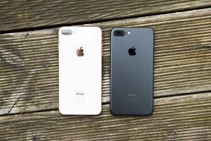 Im Vergleich mit dem iPhone 7 Plus fällt zunächst nur die nun gläserne Rückseite des iPhone 8 Plus auf
