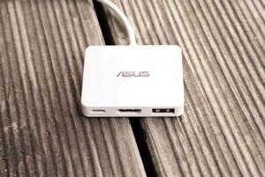 Das mitgelieferte Mini Dock verbessert die Konnektivität des ZenBook 3 zumindest etwas